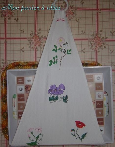 <p>Différents sacs, décorations de noël, range serviette de table, broderies au point de croix et au ruban</p>