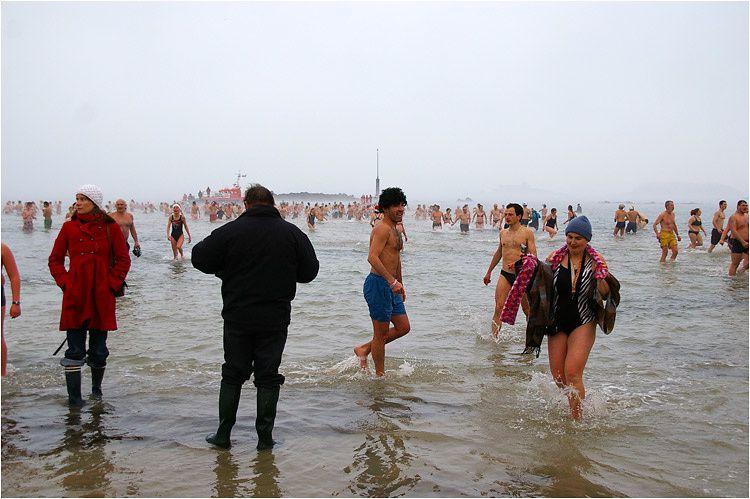 40eme édition du bain du 31 décembre plage de Dinard. Plus de 500 participants.