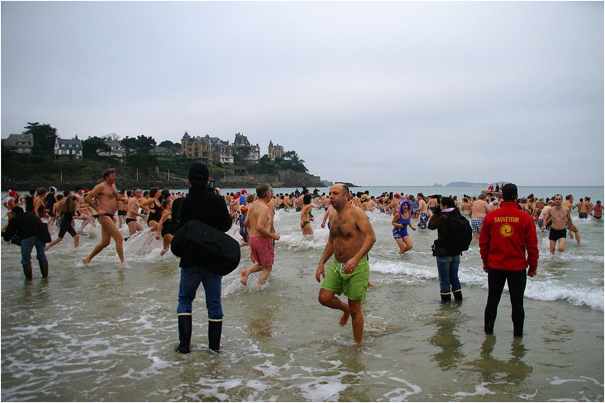 42eme édition du dernier bain de l'année. Le record de 681 participants établi en 2009 n'aura pas été battu cette année. Seulement 597 baigneurs dans une eau à 6° avec une température extérieure de 5°.
