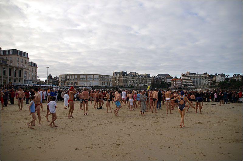 le traditionnel bain du 31 décembre a réuni plus de 500 courageux dans l'eau de la grande plage de Dinard
