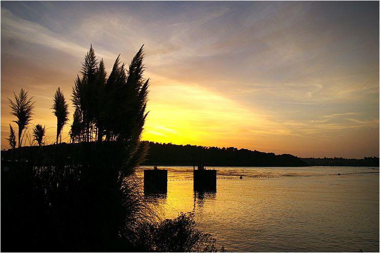 au lever du soleil du côté du barrage au moment d'un éclusage.