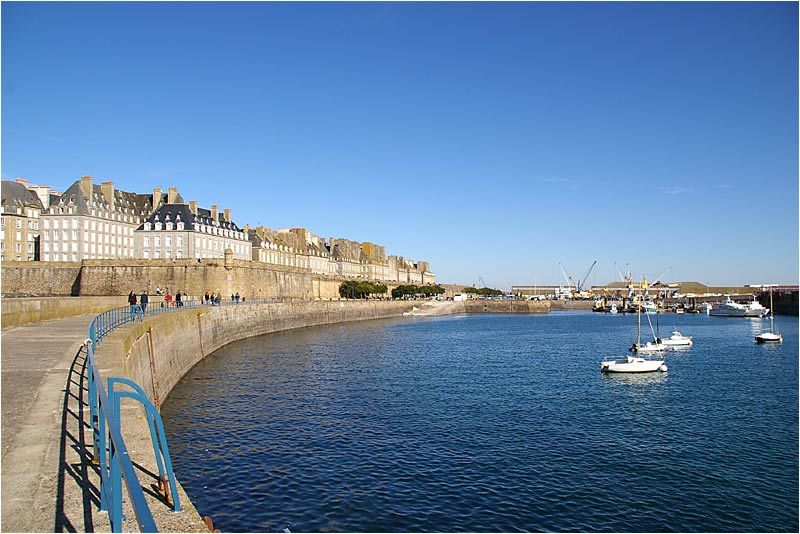 un dimanche sous un beau soleil promenade sur le môle de Saint Malo.