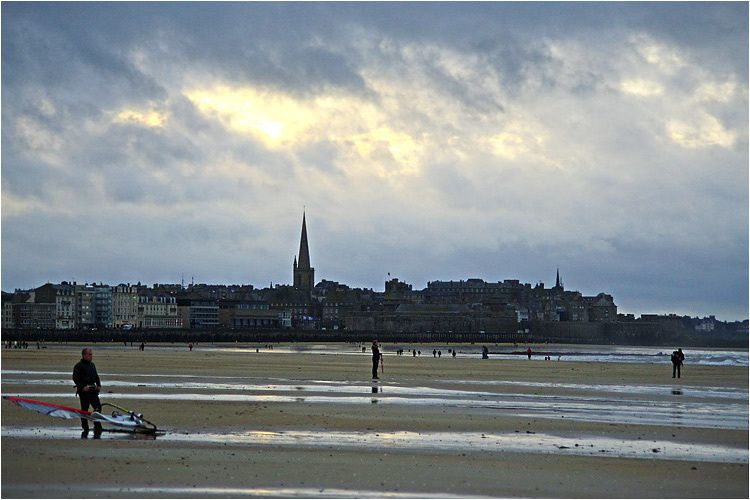 les véliplanchistes et les kite-surfers d'en donnent à cœur joie en ce jour de novembre bien gris et bien venté.