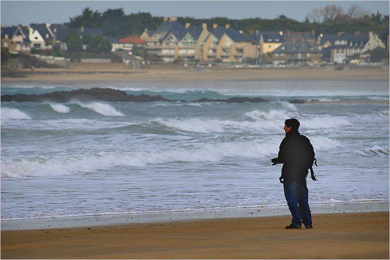 Les amateurs de planche à voile et de kite-surf s'en donnent à cœur joie plage du Sillon à Saint Malo en ce jour de mardi gras.