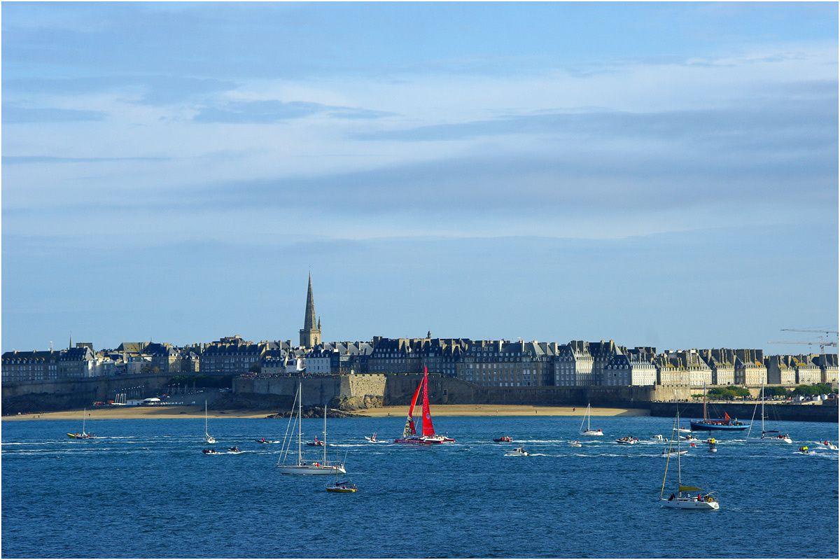 Au petit matin dans la baie entre Dinard et Saint Malo où les plus gros bateaux ont passé la nuit. Petit à petit ils quittent leur mouillage pour rejoindre la ligne de départ à la pointe du Grouin avec de nombreux bateaux accompagnateurs et vede