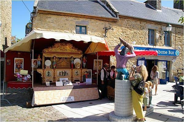 quelques images de Saint Enogat un jour de marché. Un orgue limonaire s'était installé à côté de la petite fontaine pour le plus grand plaisir des promeneurs