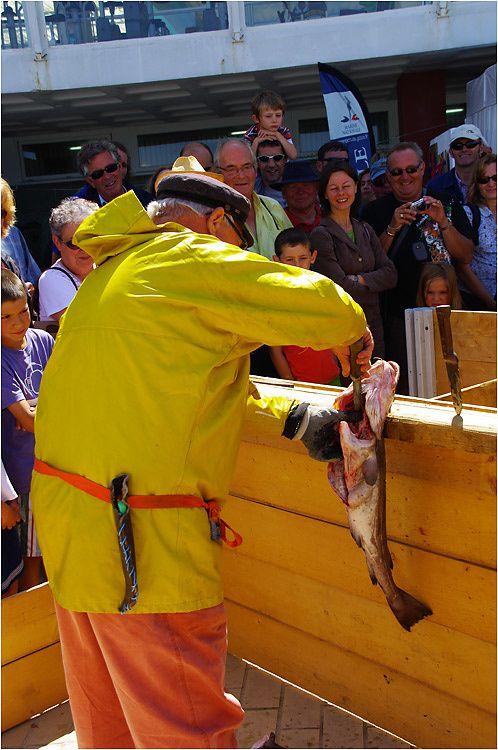 A l'occasion de la journée de la pêche à Dinard, démonstration de préparation de la morue salée comme au temps des terre-neuvas.