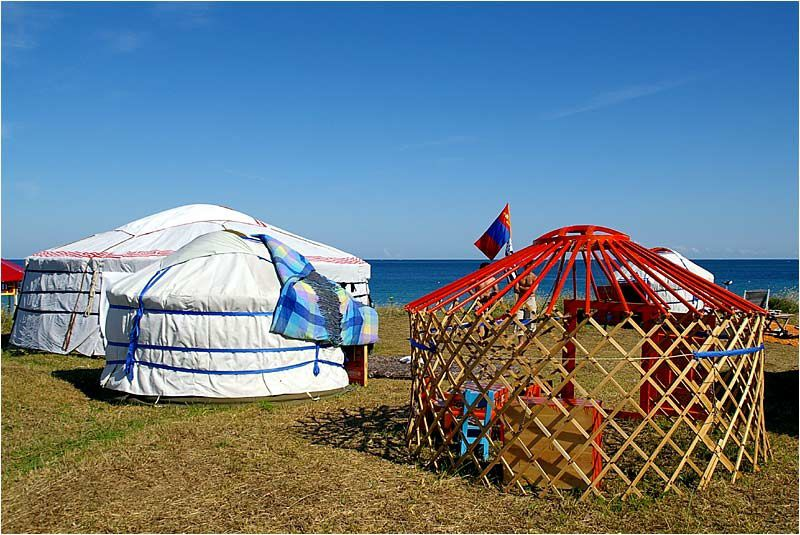 l'association Avel Nomad présente quelques yourtes sur les dunes de la plage de Longchamp à Saint Lunaire