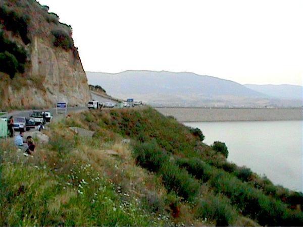 Le barrage de Taksebt se situe à 10 Km à l'Est de la ville de Tizi-Ouzou sur Oued Aissi, Il est alimenté par les eaux de pluie, de fonte du manteau nival du Djurdjura et des eaux usées du grand bassin collecteur.