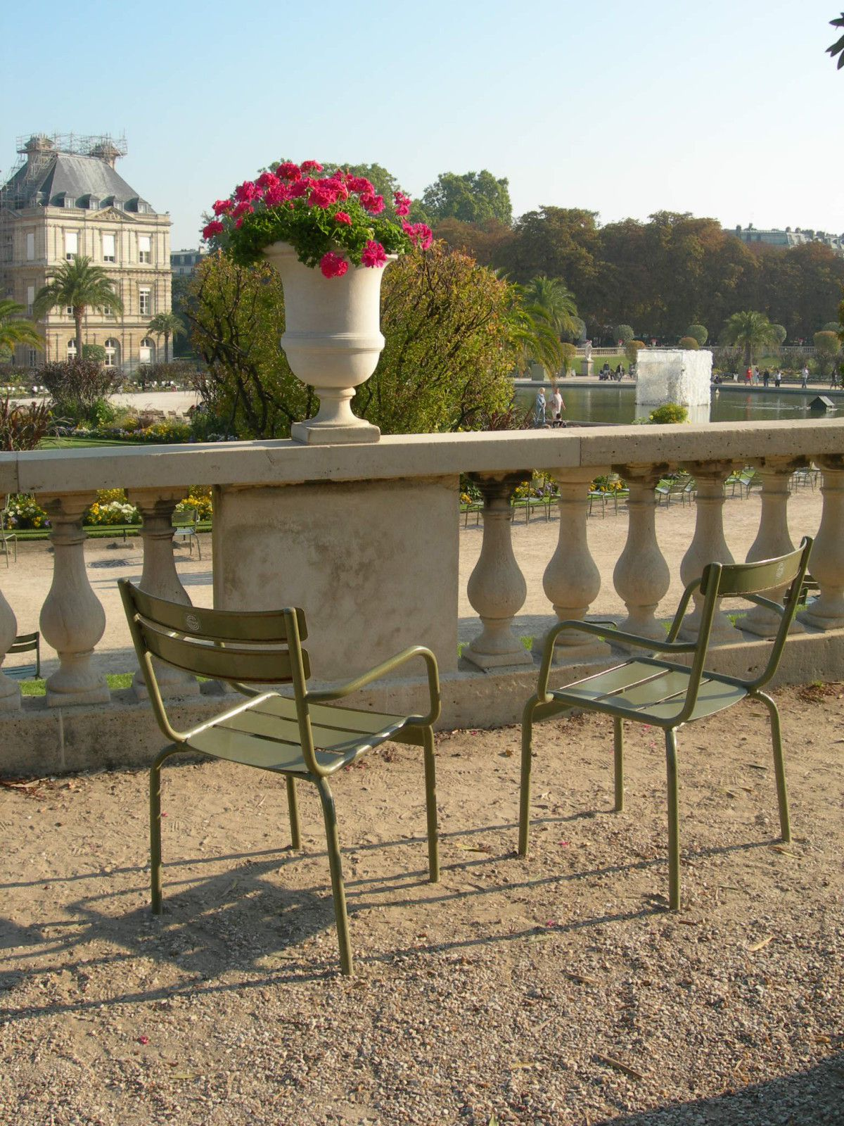 chaise jardin du luxembourg tourists relaxing in jardin du luxembourg garden paris france stock. Black Bedroom Furniture Sets. Home Design Ideas