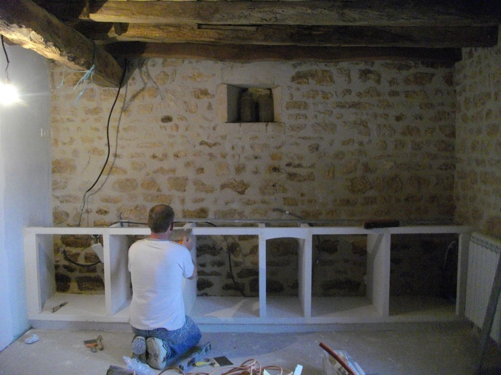 Debut de la cuisine renovation d 39 une grange for Poser des carreaux de platre sur du carrelage