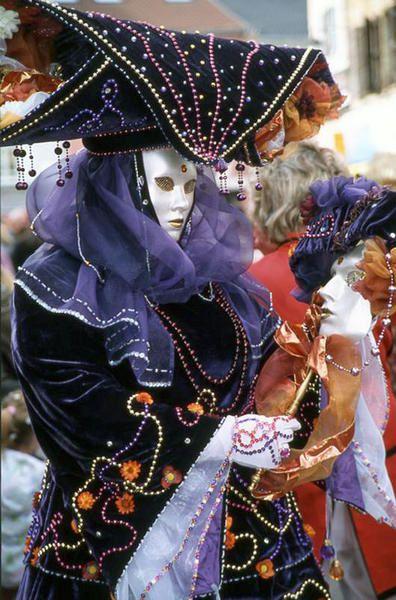 <p><em><strong>Carnaval vénitien .... non ce n'est pas à VENISE mais à REMIREMONT !</strong></em></p> <p><em><strong>Ce carnaval s'est effectivementdéroulé à REMIREMONT, dans les vosges, en2002 .</strong></em></p>