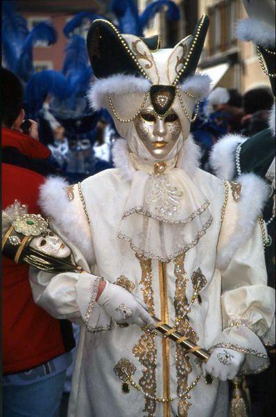 <p><em><strong>Carnaval vénitien .... non ce n'est pas à VENISE mais à REMIREMONT !</strong></em></p><p><em><strong>Ce carnaval s'est effectivementdéroulé à REMIREMONT, dans les vosges, en2002 .</strong></em></p>