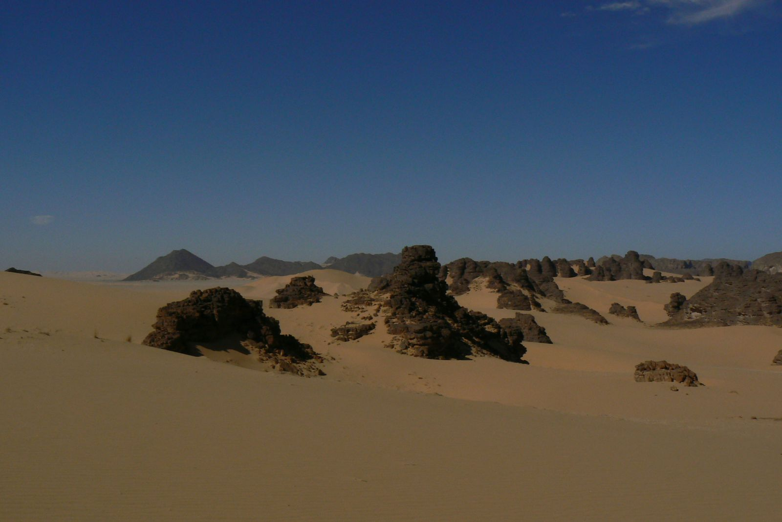 Sur une distance de 100 km environ de Djanet, une diversité incroyable de paysages, de couleurs, de formes