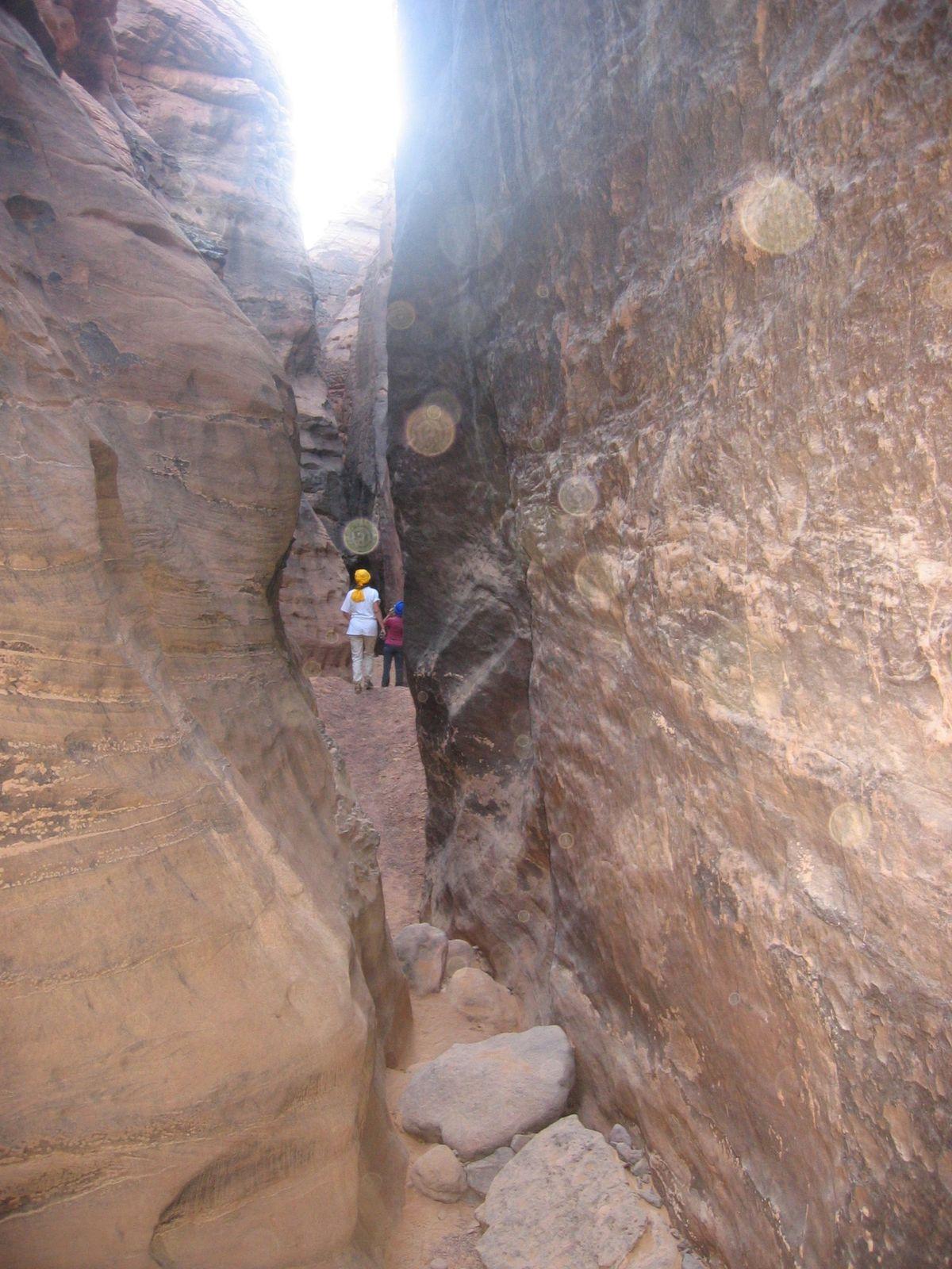 """AU SUD DE DJANET, UN MASSIF QUI PARTICIPE AU QUALIFICATIF DU DESERT ALGERIEN : """"le plus beau désert du monde"""". DUNES ET ROCHERS OFFRENT UNE GAMME DE COULEURS SANS CESSE RENOUVELEE AU FIL DU PARCOURS DU SOLEIL"""