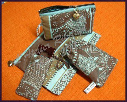 Sélection de pochettes et autres trousses réalisées en tissu ou en toile cirée.