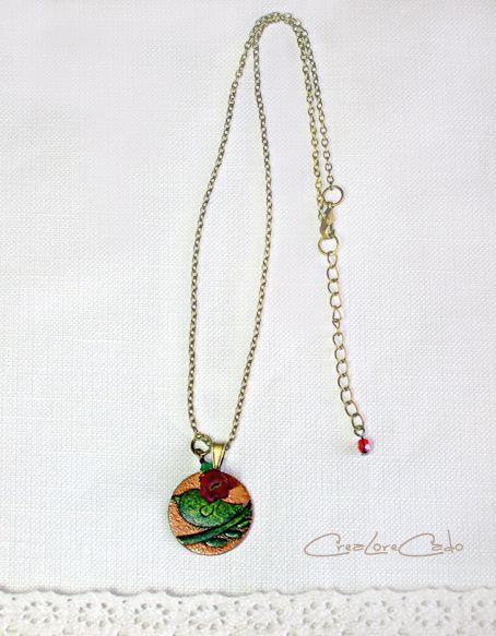 collier-medaille-oiseau-vert-rouge-Lore-M.jpg