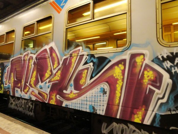 photo d'un train avec un graffiti