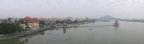 800px-Lotus-Lake--Kaohsiung--panorama--Dec-06.jpg