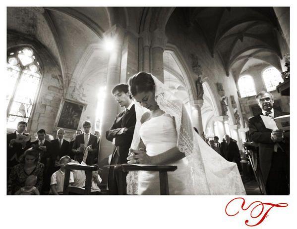 Photographie des mariés en recueillement à l'église