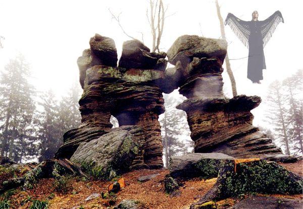 """Fées, elfes, sorcières, géants (rochers) et autres féeries - Montages, mises en scène dans les Vosges, Mont Saint-Michel (Saint Jean-Saverne), Source, souche et rayon de lumière,  """"sorcière"""" au Stampfloecher (St Jean-Saverne) Porte de Pierre, Lac Blanc, Kalblin, Grotte d'amour (Hunebourg) Cascade de Tendon, arbre à l'oeil, fées de glace, divers rochers géants, femme de feu, forêt avec belle lumière, lac des Perches, lac de la Maix.."""
