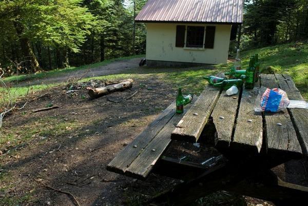 Actes d'incivisme, tags et pollution, notamment dans certains refuges des Vosges.