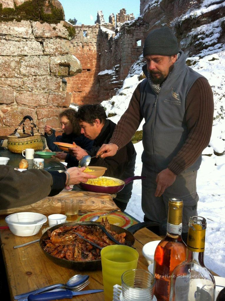 Le château de Schoeneck sous la neige. Repas au soleil et dans la neige avec les restaurateurs du château.