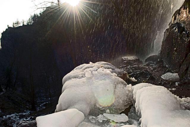 Repas dans la cabane au Donon. Abreschviller, la Roche du Diable avec une belle lumière.  Oberhaslach, la cascade du Nideck avec de la glace. Lutzelhouse,  le Jardin des Fées dans la neige et la brume. Donon, sommet et temple sous la neige. Donon de nuit, séance photo avec Stéphane Vetter. Donon, Pierres à bassin des Hautes-Chaumes et rochers gravés à la Tête de Bipierre. Oberhaslach, Cascade du Nideck par temps ensoleillé. Luvigny &#x3B; Raon-sur-Plaine, Polissoir à la roche du Trupt à la lueur d'une bougie.