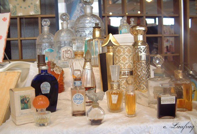 stand-parfums-flacons-anciens.jpg