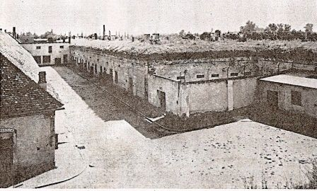 Terezin-piccola-fortezza-cortile-per-appello.jpg