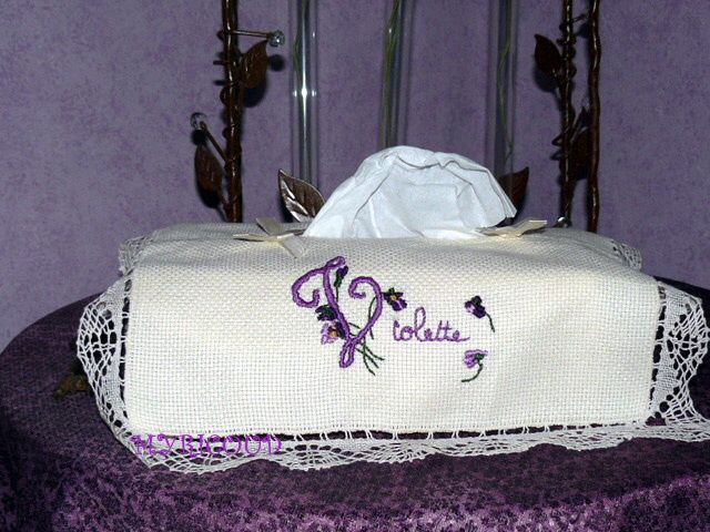 broderie_violette_boite_mouchoirs