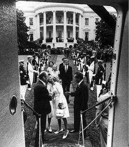 300px-Nixon-leaving-whitehouse.jpg