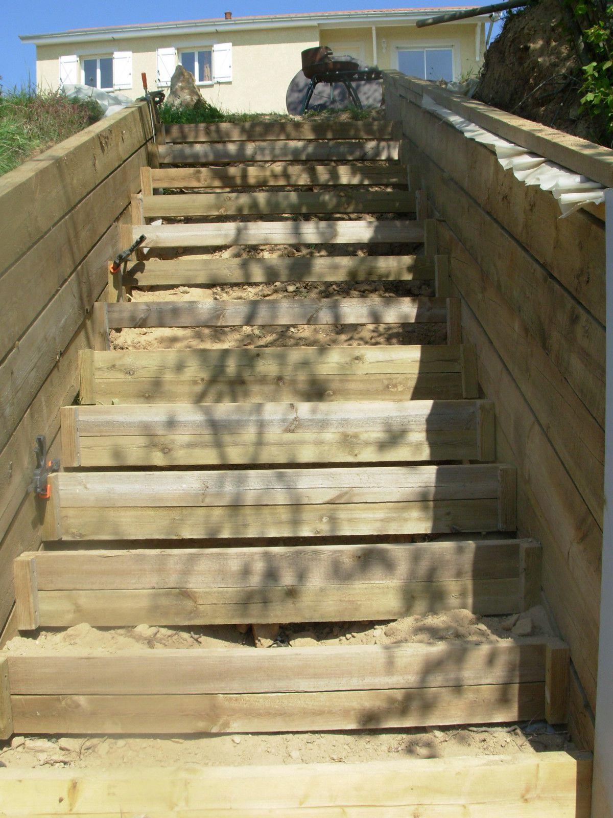 avancée repose sur deux piliers en bois ( pilotis ) et des