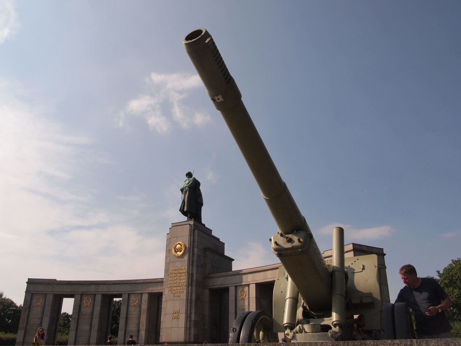 Canon-sovietique-et-memorial.JPG