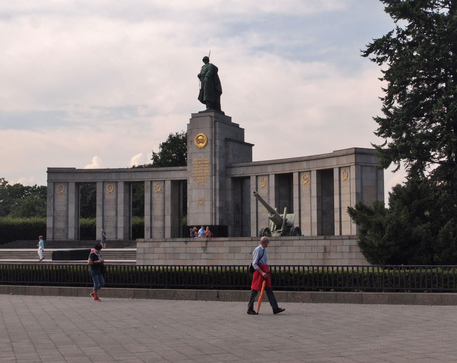 Ensemble-Memorial-sovietique-Tiegarten.JPG