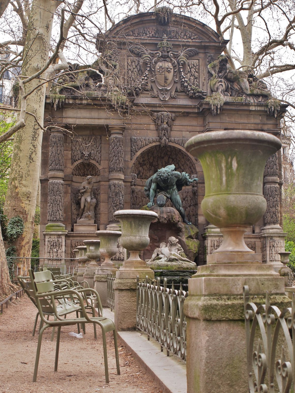 Fontaine-Medicis-Paris-et-chaise.JPG