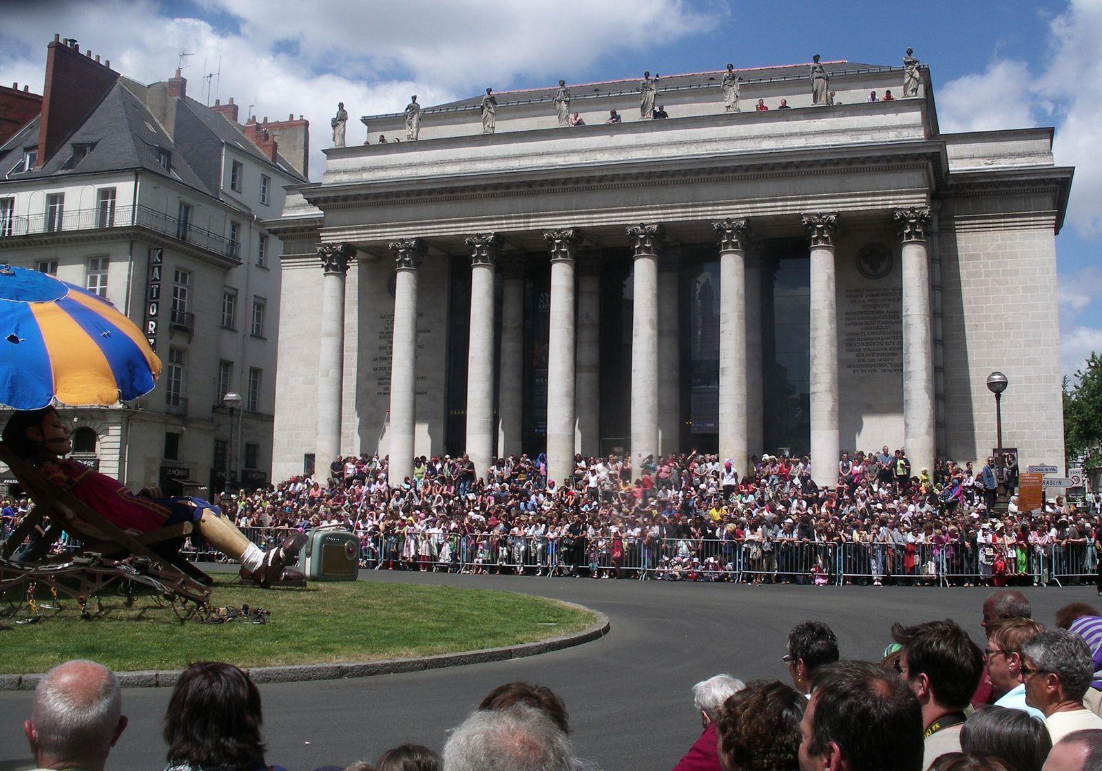 Foule-marches-theatre-nantes-devant-fille-royal-deluxe.JPG