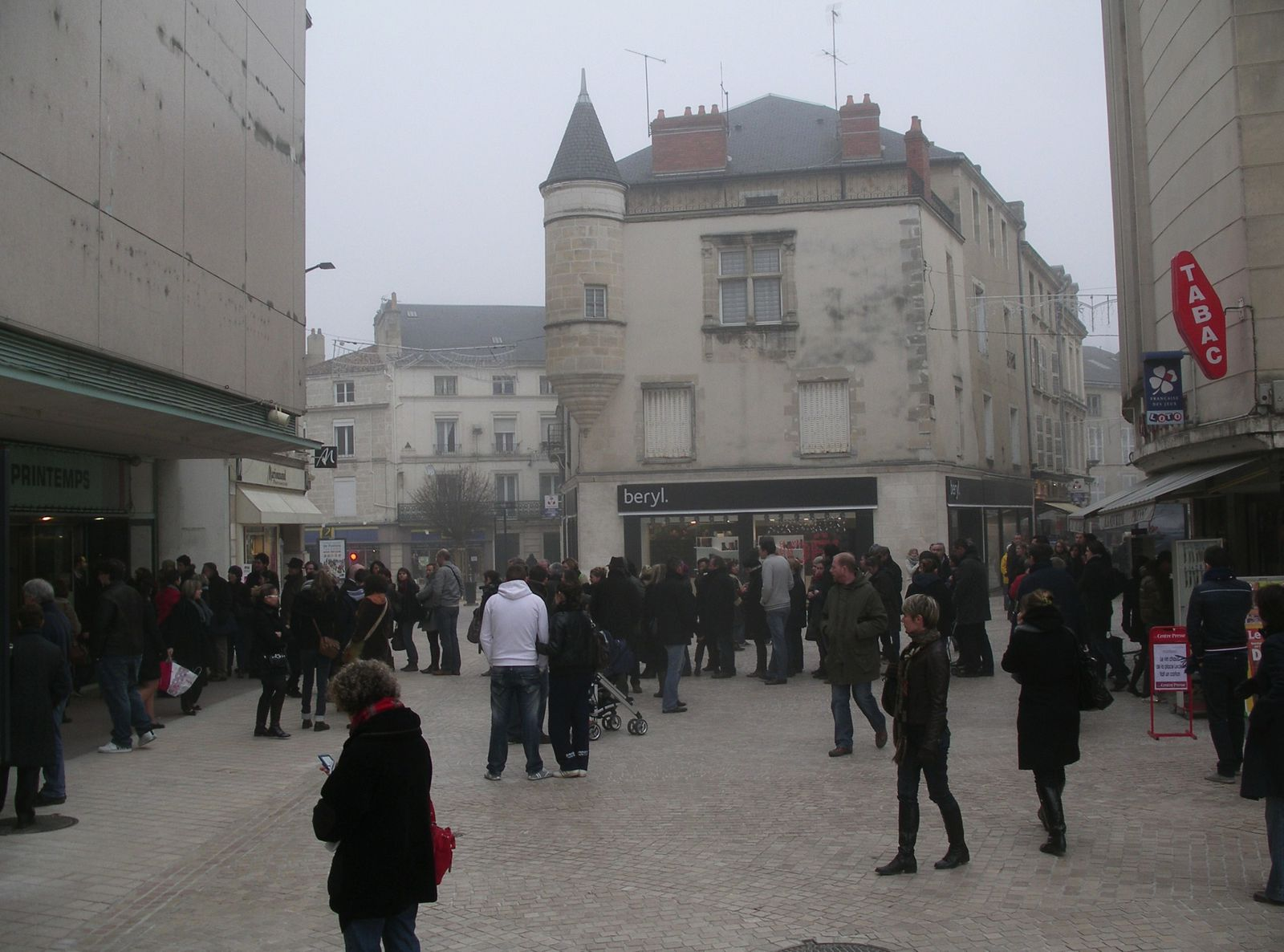 Queue-de-regulation-devant-magasin.JPG