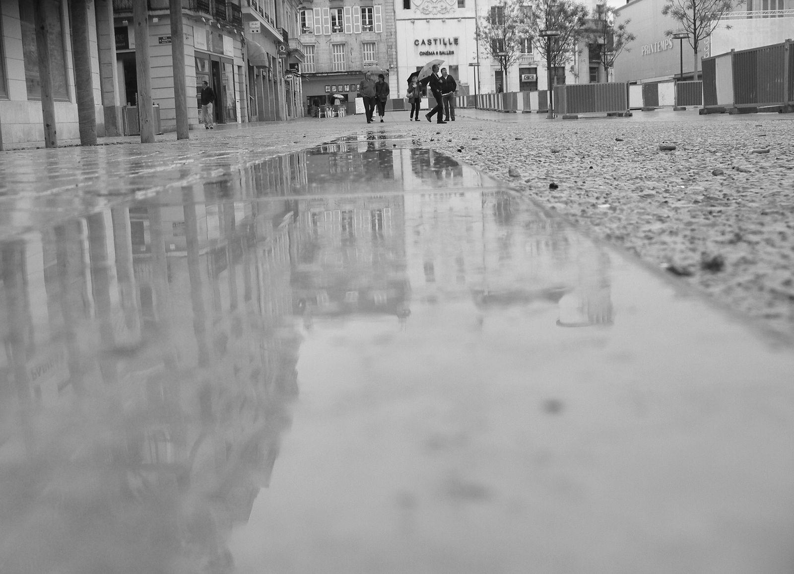 Reflet-eau-sur-nouveau-sol-Place-d-armes.JPG