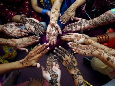 tanveer-khalid-pakistani-girls-show-their-hands-painted-wit.jpg