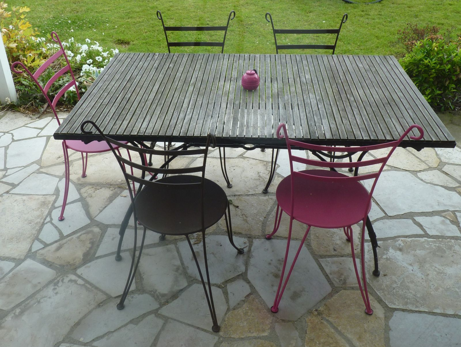 Chaises en fer forg fermob lido rouille fushia ou for Decoration jardin rouille