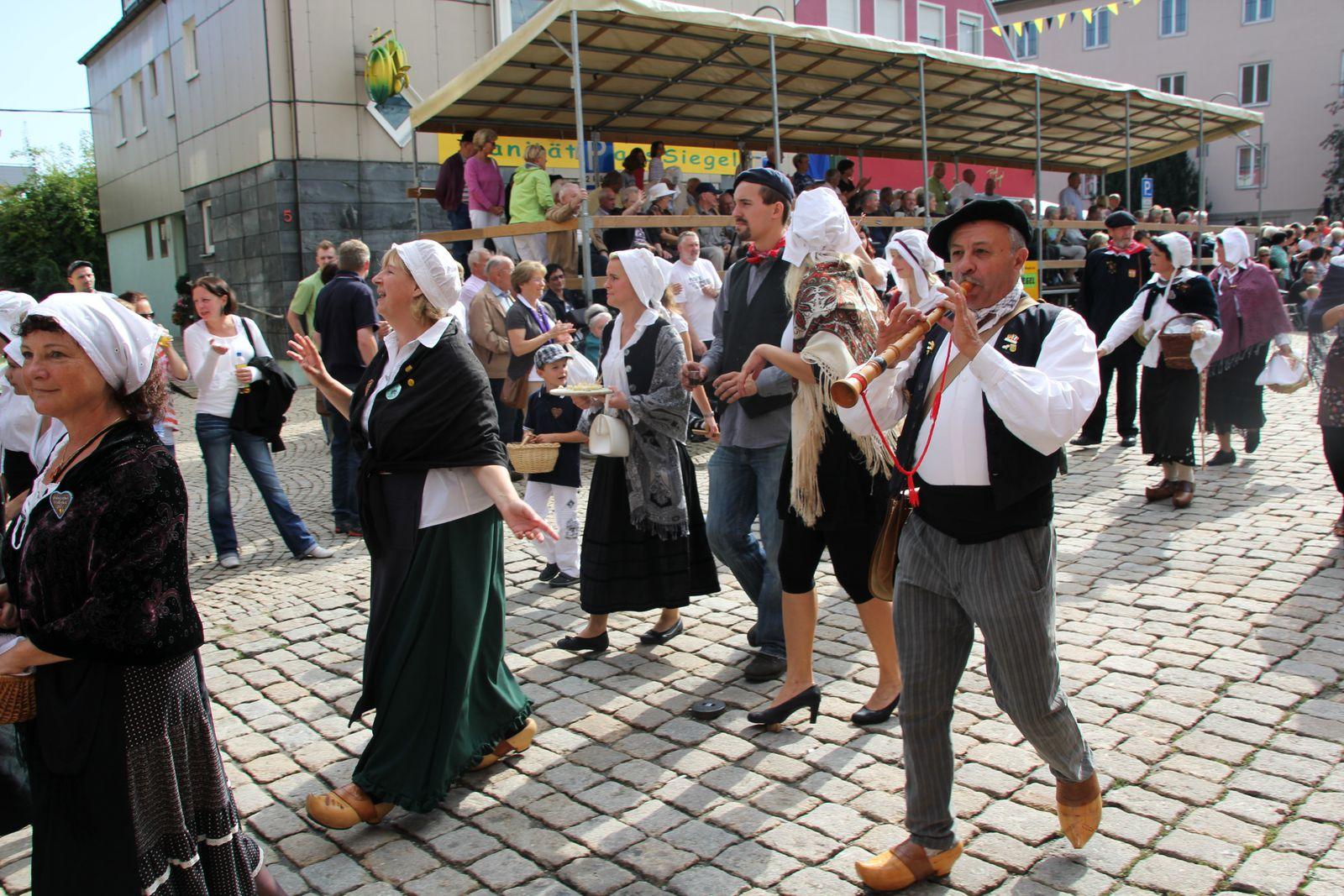 Jumelages-Amitiés aus Pamiers in Crailsheim, unterstützt von 44 Deutschen beim Volksfestumzug 2011