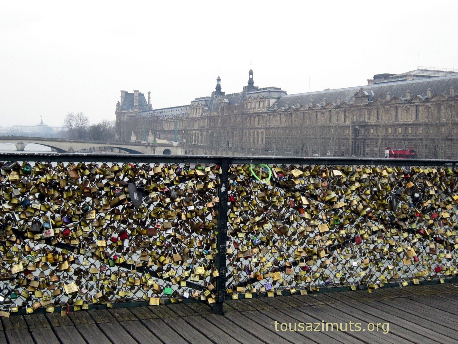 Pin cadenas sur le pont des arts insolite photo paysagecom on pinterest - Cadenas amoureux pont paris ...