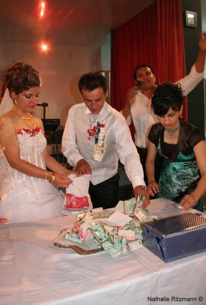 lorsque tout le monde est pass les just married ramassent le tout et le mettent dans un petit sachet en plastique qui sera mis remis un des parents - Ruban Rouge Mariage Turc