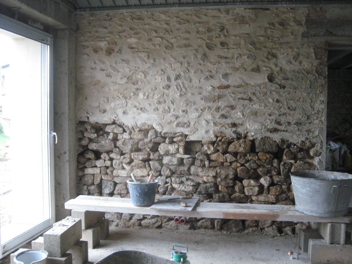 Mur en pierre salon transformation renovation d 39 une - Cuisine mur en pierre ...