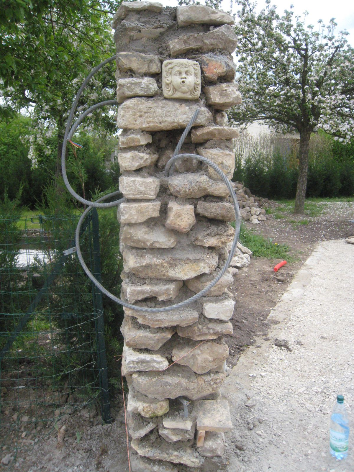 Poteau pierre construction maison b ton arm for Cloture jardin pierre