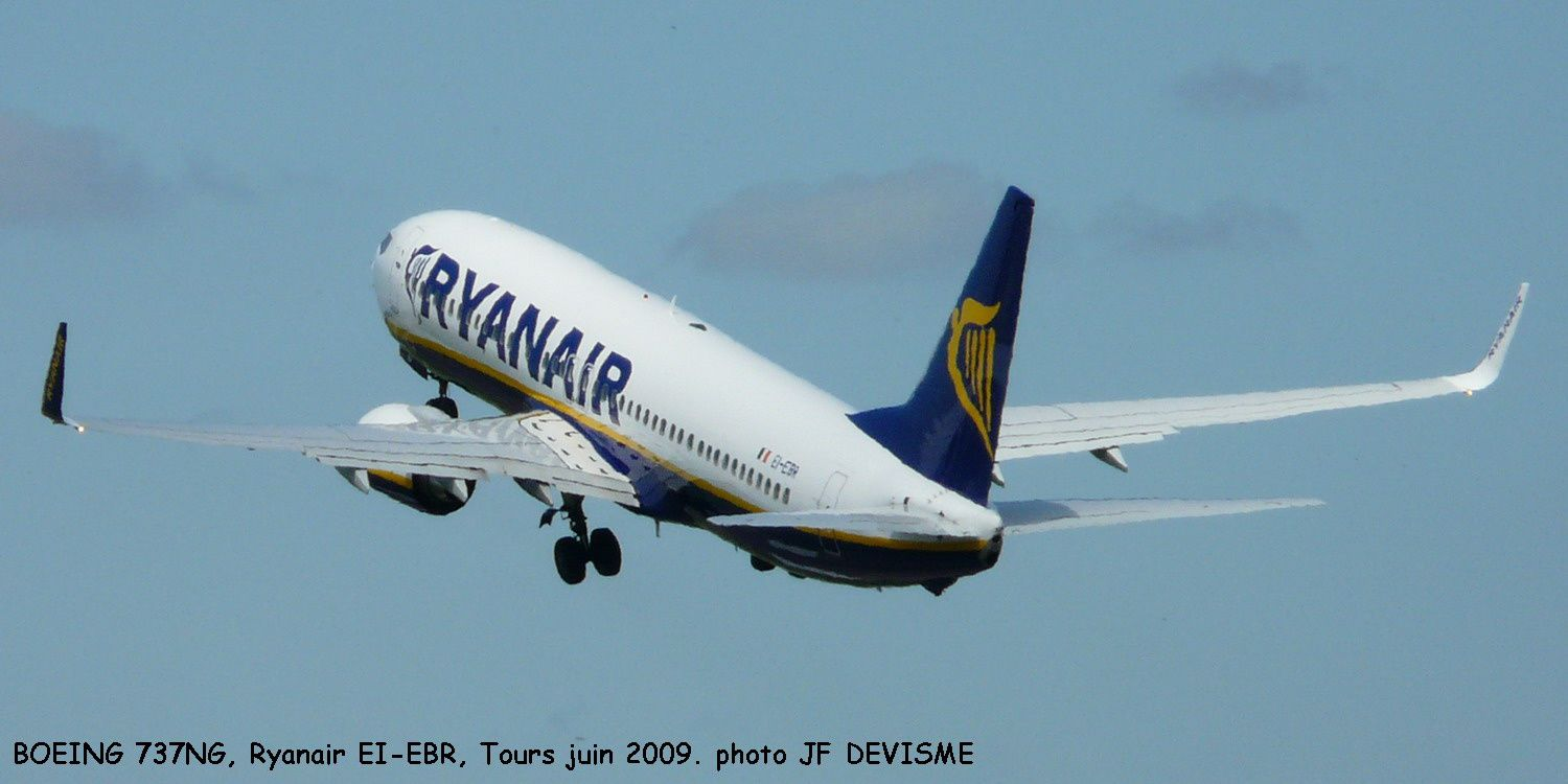 d collage d 39 un avion de la compagnie irlandaise ryanair a robase. Black Bedroom Furniture Sets. Home Design Ideas