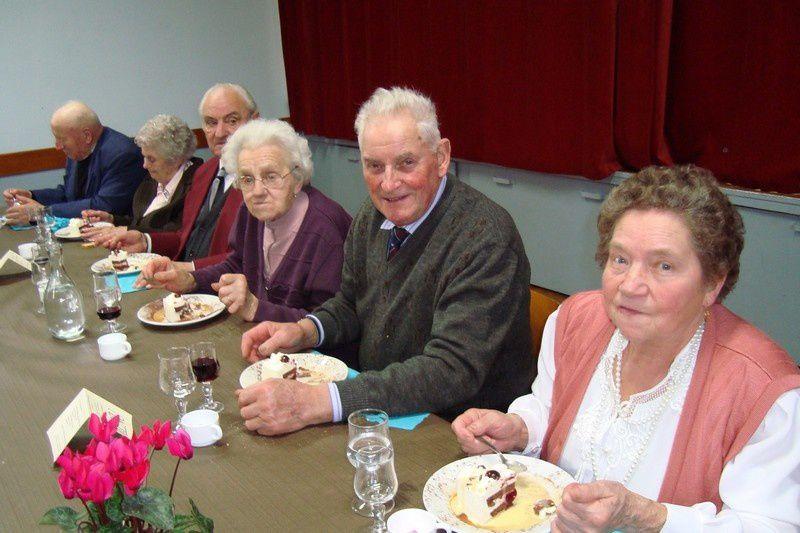 Mâle 11 novembre 2009 : les doyens de Mâle. De gauche à droite : M. et Mme VOISIN, M. COURTIN, Mme SOUVRE, M. et Mme COURTOIS