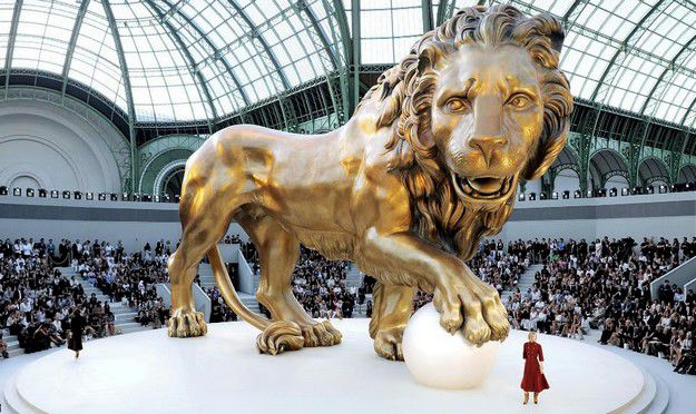 chanelcouture-fall-2010-with-the-lion-scenography-arcstreet.jpg