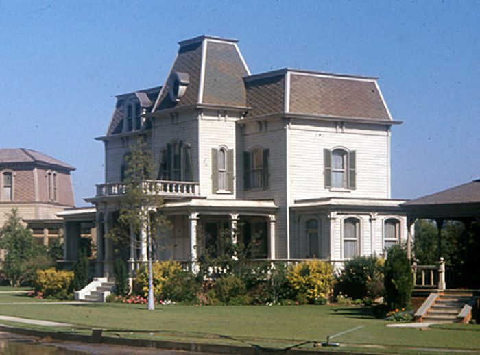 Harvey House on Universal's Colonial Street 700